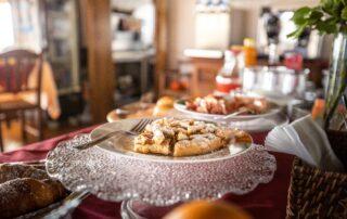 Colazione all'agriturismo con torte fatte in casa