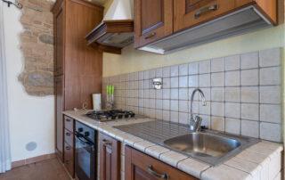 Appartamento con cucina attrezzata con forno e frigorifero