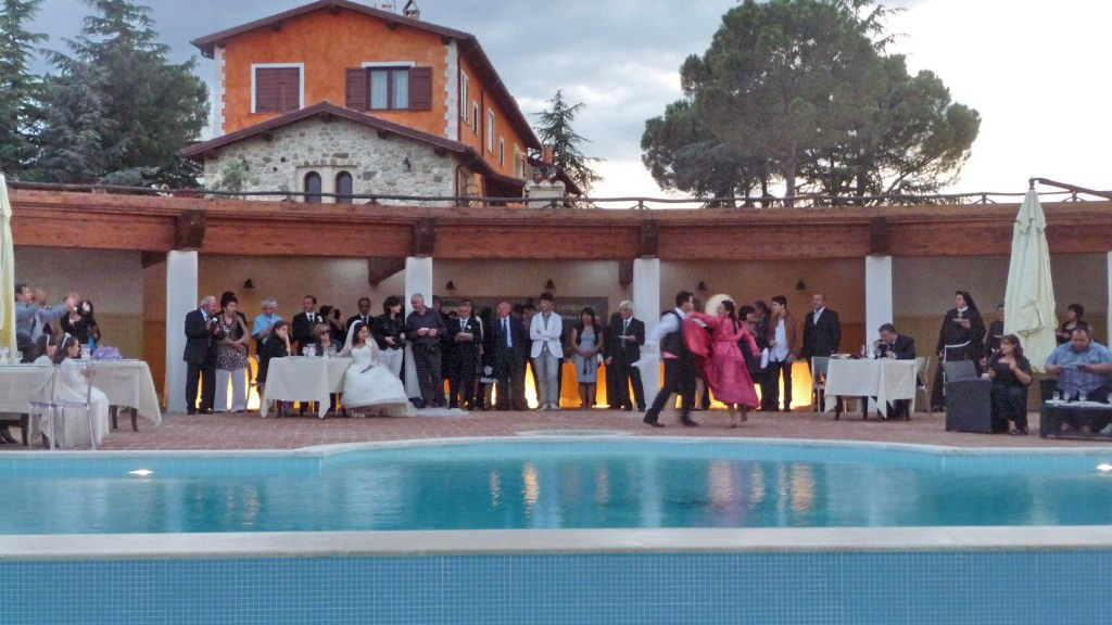Matrimonio all'agriturismo a bordo piscina