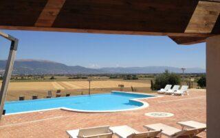 Piscina con portico e vista sulla valle in Umbria