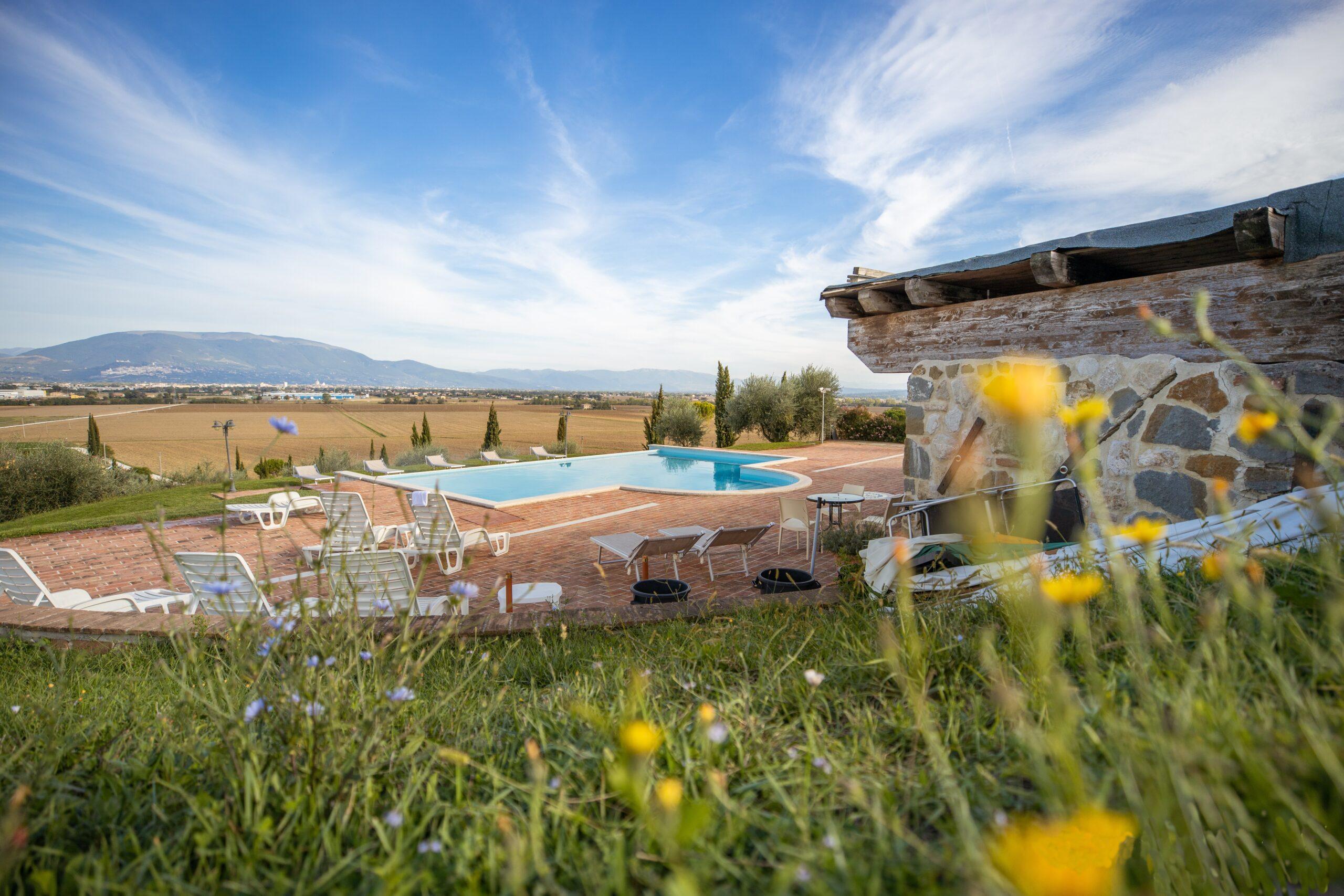 Agriturismo con piscina con vista valle umbra